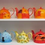Porzellankannen in unterschiedlichen Größen und diversen Designs