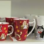 Tassen und Becher mit unterschiedlichen Motiven, hier mit Katzen